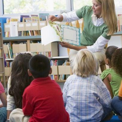 varhaiskasvatusen opettaja opettaa lapsia